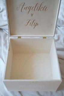 Drewniana skrzynia na koperty